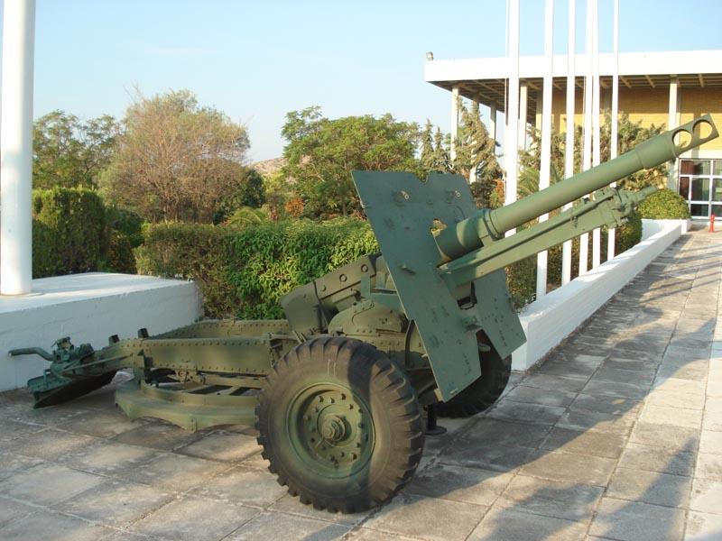 Британское орудие М-2 у входа в музей.