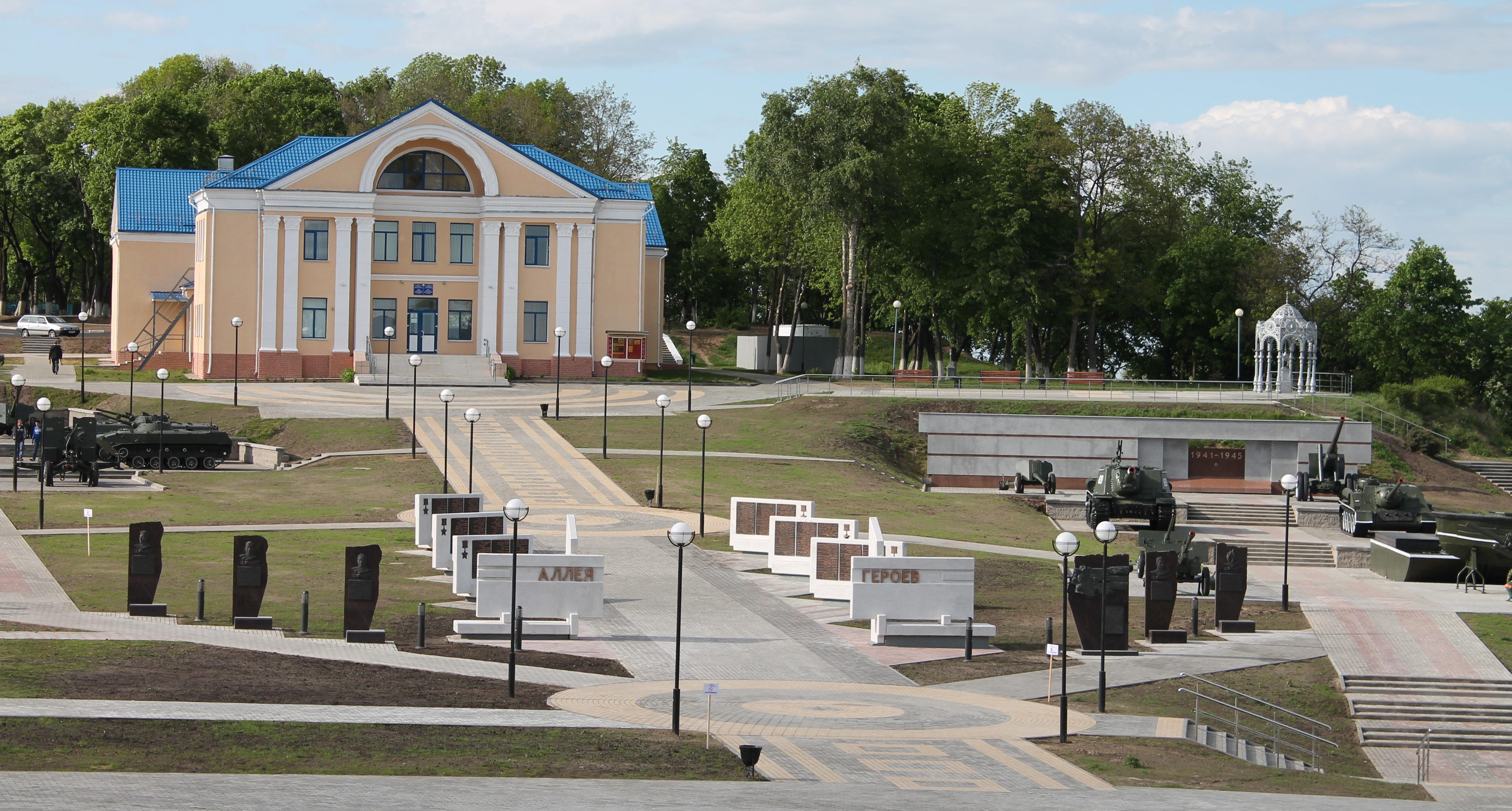 Здание музея и внешняя выставочная площадка.