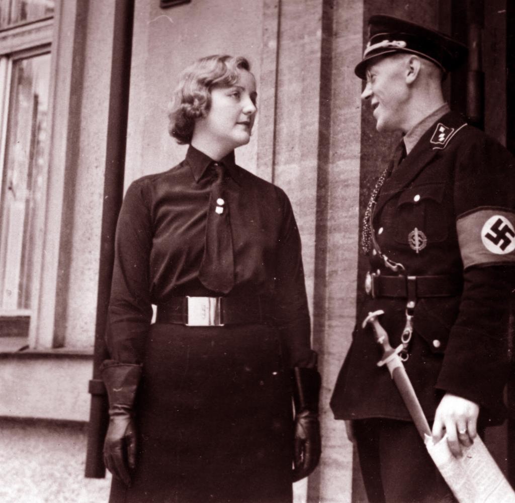 Юнити Митфорд с адъютантом Гитлера.1933 г.