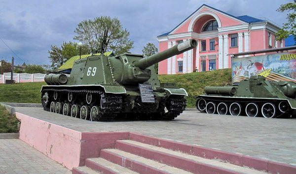 Оружие и военная техника на внешней площадке.