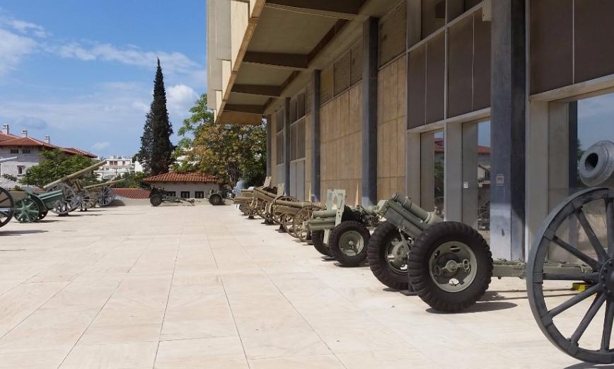 Артиллерийские орудия на внешней площадке.