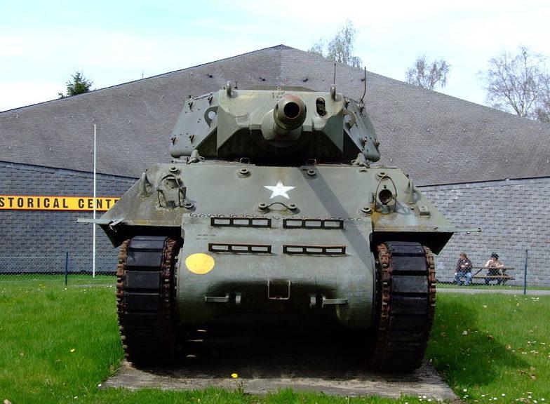 САУ М-10 перед зданием музея.