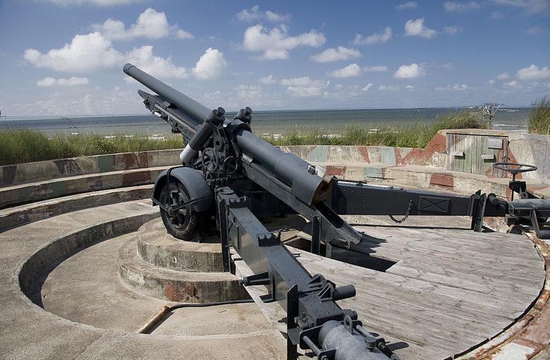 120-мм береговое орудие.