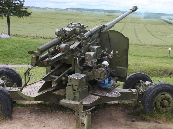 100-мм зенитное орудие.
