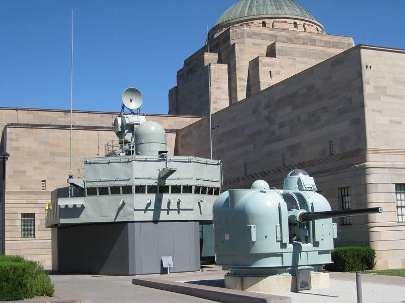 Надстройка корабля и морское орудие во дворе музея.