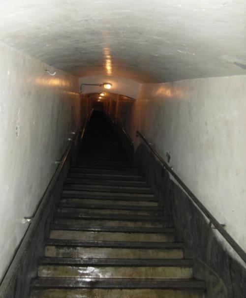 Спуск в подземелье казематов.