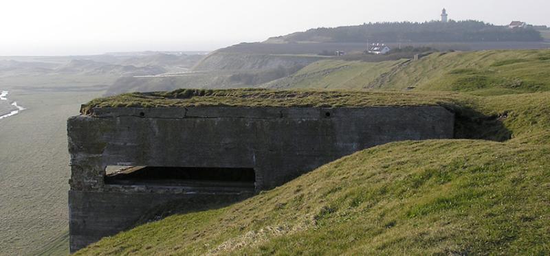Бетонные бункеры вокруг батареи.