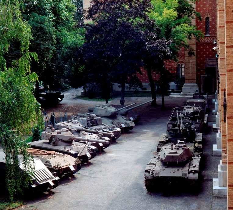 Парк бронетехники в саду музея.