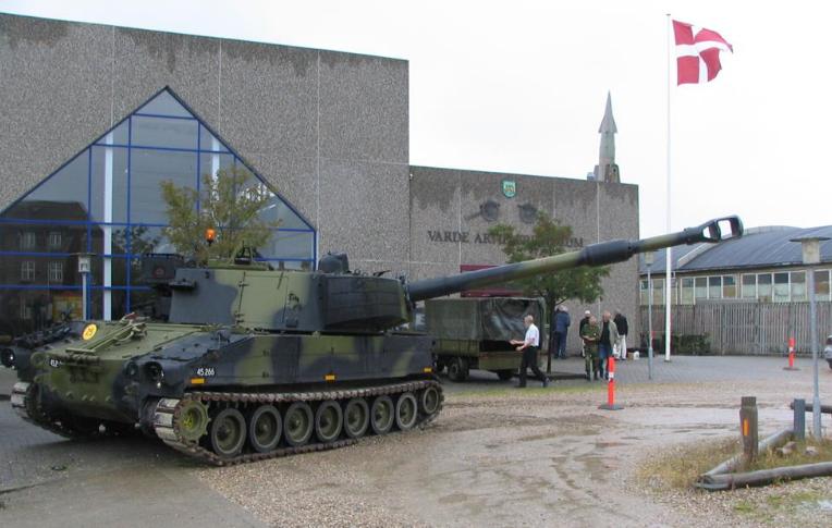 Бронетехника у здания музея.