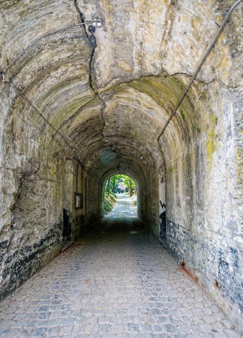 Проход под крепостной стеной.