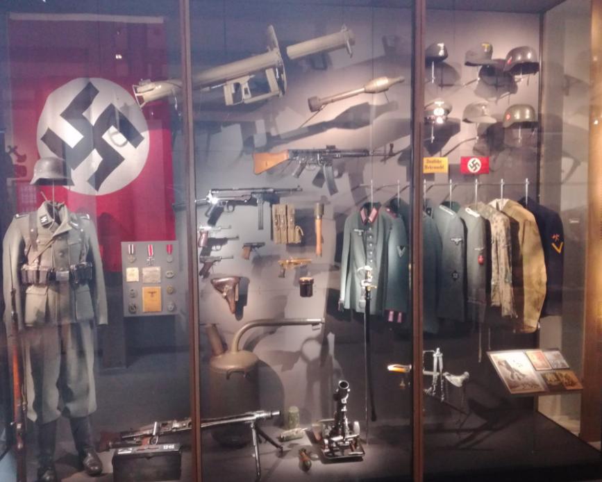 Стрелковое оружие и униформа.
