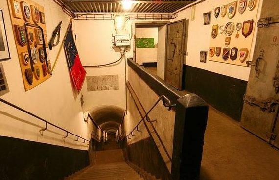 Спуск в подземную часть бункера на глубину 30 м.