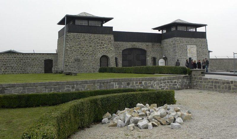 Входные ворота в концлагерь.