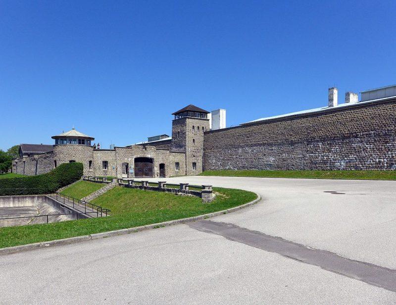 Плац у входных ворот.