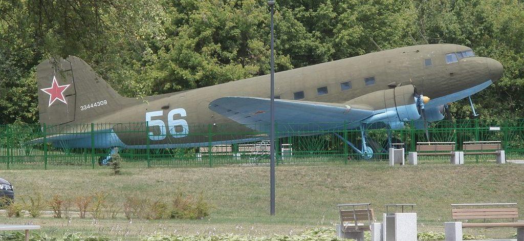 Транспортный самолет Ли-2.