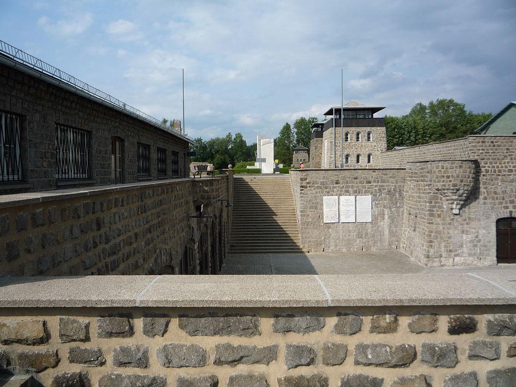 Лестница от входных ворот.