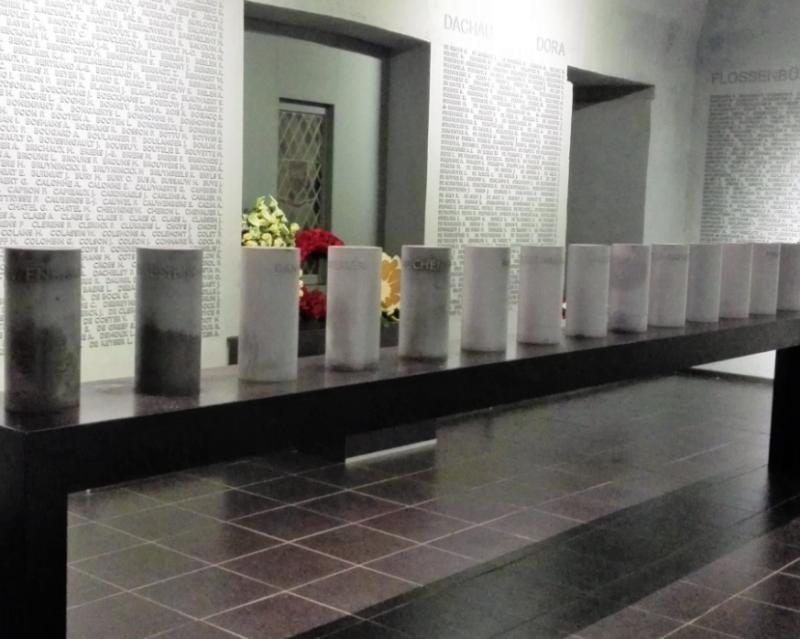 Зал мемориала с именами узников.
