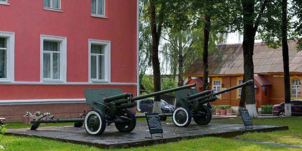 Экспонаты на внешней площадке музея.