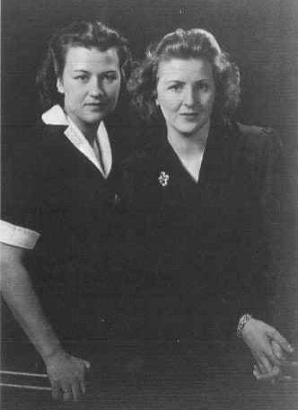 Ева Браун с младшей сестрой Gretl (Margarethe)