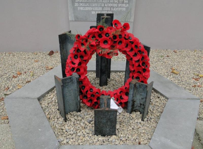Памятный знак у мемориала.