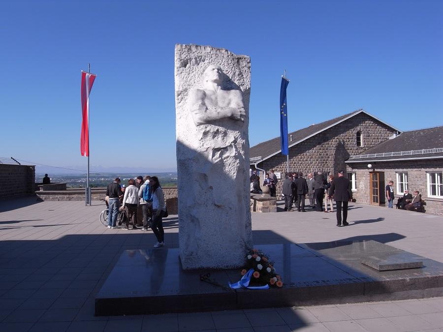 Памятник генералу Карбышеву.