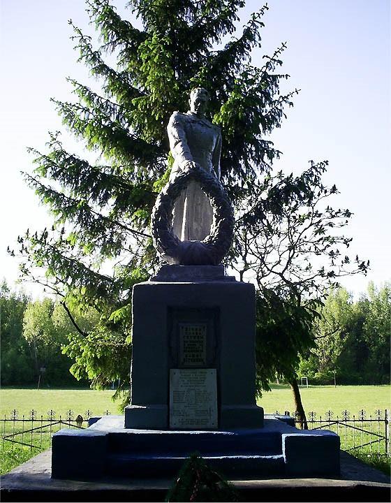 с. Березовка Красноградского р-на. Памятник, установлен на братской могила, в которой похоронено 37 воинов, в т.ч. 19 неизвестных. У памятника установлены мемориальные доски с именами погибших земляков