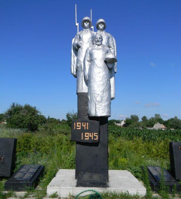 с. Алексеевка Краснокутского р-на. Памятник установлен на братской могиле, в которой похоронено 165 воинов, погибших в боях за село