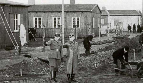 Строительство лагеря под руководством немцев
