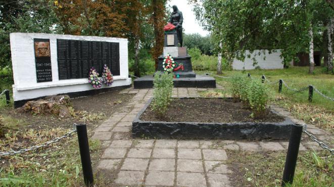 с. Китченковка Краснокутского р-на. Памятник установлен на братской могиле, в которой похоронено 110 советских воинов