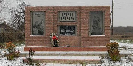п. Краснопавловка Лозовского р-на. Памятник установлен на братской могиле, в которой похоронено 73 воина, в т.ч. 69 неизвестных