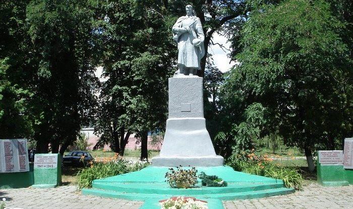 п. Печенеги. Памятник в сквере по улице Ленина, установлен на братской могиле, в которой похоронено  309 воинов, погибших в боях за поселок. На стелах возле памятника увековечены имена 368 односельчан, не вернувшихся с войны