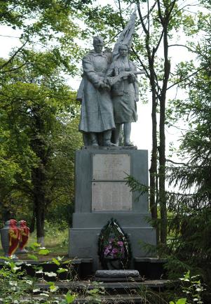с. Ковалевка Краснокутского р-на. Памятник установлен на братской могиле, в которой похоронен 191 советский воин и партизан