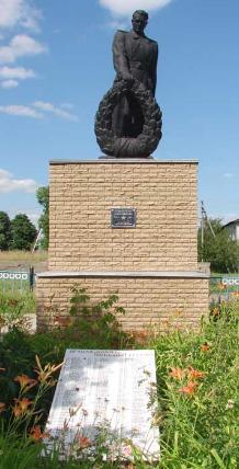 с. Гусинка Купянского р-на. Памятник установлен на братской могиле, в которой похоронено 79 партизан и советских воинов