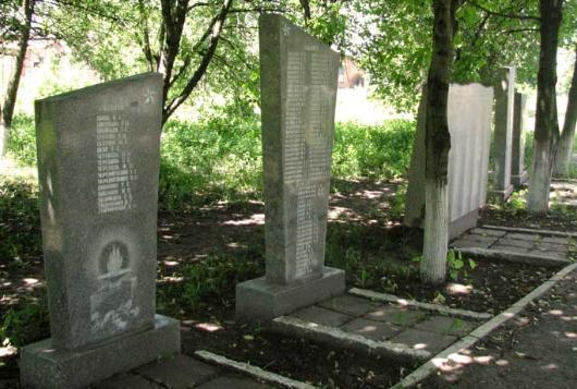 Алея стел. Памятник установлен на братской могиле, в которой похоронено 42 воина. На стелах размещены имена погибших