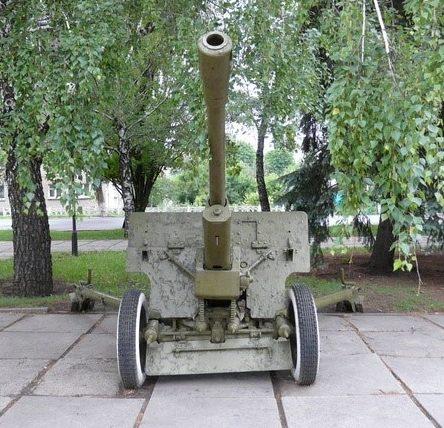 Пушка у мемориала