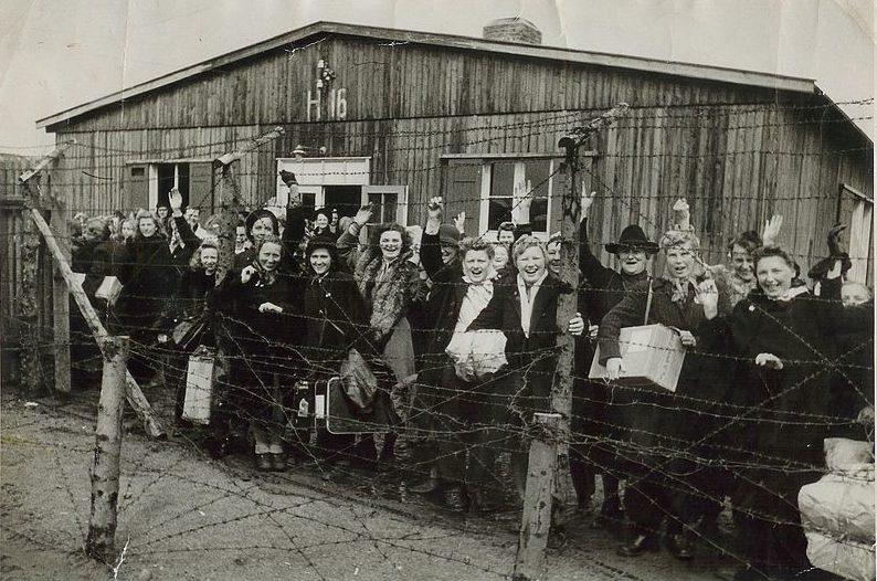 Узники лагеря в день отъезда домой. 5 мая 1945 года