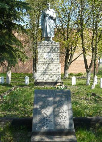 с. Красноярка Сахновщинского р-на. Памятник установлен на братской могиле, в которой похоронено 4 воина, в т.ч. один неизвестный. На мемориальной доске увековечены имена 72 земляков, не вернувшихся с войны
