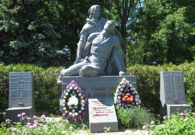 с. Грушино Первомайского р-на. Памятник в центре села установлен на братской могиле, в которой похоронено 1480 воинов, в т.ч. 365 неизвестных. Здесь же установлен памятный знак землякам, не вернувшимся с войны