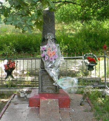 г. Люботин. Памятник у железнодорожной платформы «Водяное», установлен на братской могиле, в которой похоронено 74 воина, погибших в боях за город