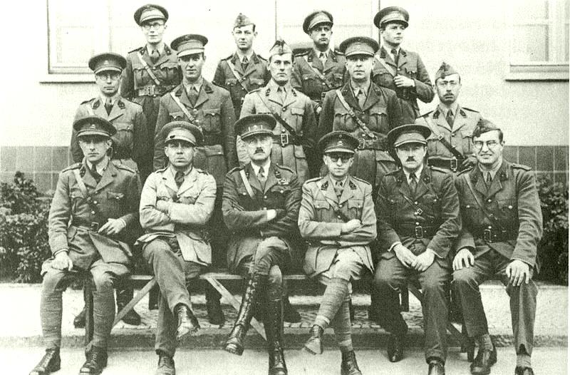 Майор Жоттранд среди офицеров своего гарнизона