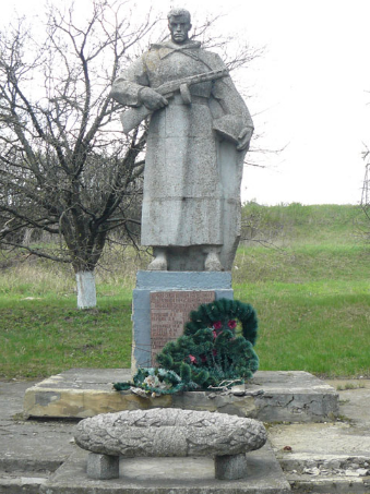 с. Марьевка Сахновщинского р-на. Памятник установлен на братской могиле, в которой похоронено 92 воина, в т.ч. 62 неизвестных