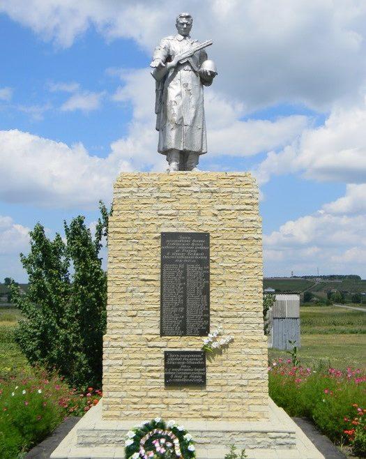 с. Лукашовка Красноградского р-на. Памятник на окраине села, установлен на братской могиле, в которой похоронено 68 воинов
