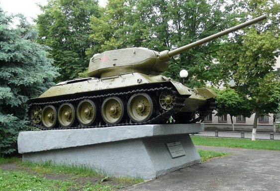г. Лозовая. Танк Т-34 у входа в парк «Победа», установлен в честь одного из его конструкторов лозовчанина Н. А. Кучеренко