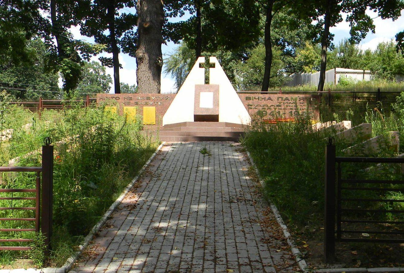 г. Люботин. Памятник по переулку Военному, установлен на братской могиле, в которой похоронено 163 воина, погибших при освобождении города