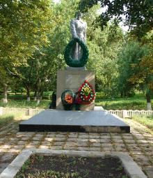 с. Колонтаев Краснокутского р-на. Памятник установлен на братской могиле, в которой похоронено 109 советских воинов