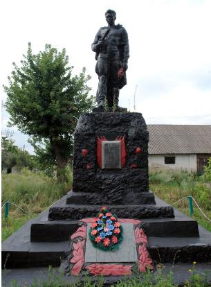 с. Комсомольское Краснокутского р-на. Памятник установлен на братской могиле, в которой похоронено 50 советских воинов