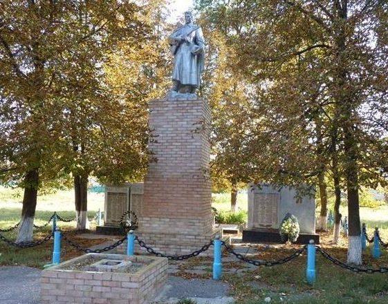 с. Наталино Красноградского р-на. Памятник установлен на братской могиле, в которой похоронено 247 воинов, погибших в боях за село. Здесь же установлены мемориальные доски с именами 84 погибших односельчан