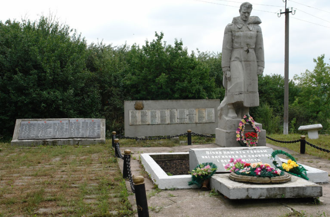 п. Константиновка Краснокутского р-на. Памятник установлен на братской могиле, в которой похоронено 175 советских воинов