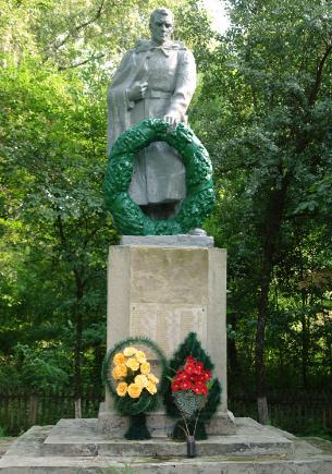 c. Котелевка Краснокутского р-на. Памятник установлен на братской могиле, в которой похоронено 665 советских воинов