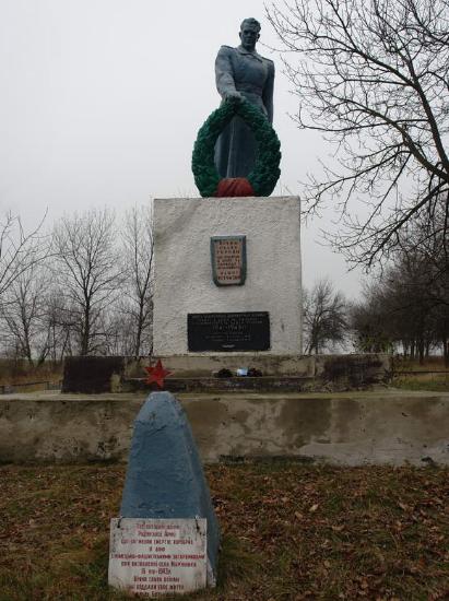 с. Марьяновка Лозовского р-на. Памятник установлен на братской могиле, в которой похоронено 17 советских воинов